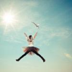 Une fillette s'élance vers le ciel
