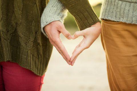 Couple formant un coeur avec leurs mains